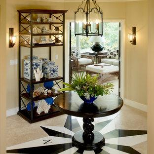 Idéer för att renovera en tropisk foajé, med beige väggar, marmorgolv och beiget golv
