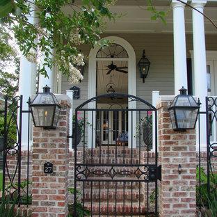 Стильный дизайн: прихожая в классическом стиле с металлической входной дверью - последний тренд