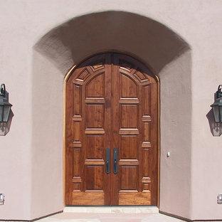 Inspiration för en stor medelhavsstil ingång och ytterdörr, med beige väggar, terrazzogolv, en dubbeldörr och mellanmörk trädörr