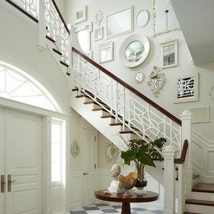 Imagen de distribuidor clásico con paredes blancas, puerta doble y puerta blanca