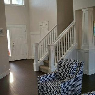 Foto de entrada moderna, grande, con paredes grises, suelo vinílico, puerta simple y puerta blanca