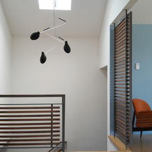 Aménagement d'une entrée contemporaine avec un sol en bambou.