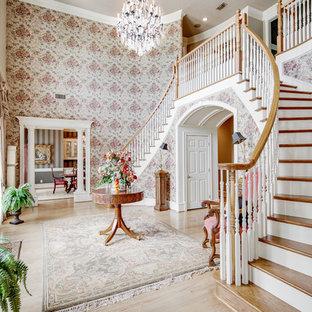 Свежая идея для дизайна: фойе в классическом стиле с розовыми стенами, светлым паркетным полом, одностворчатой входной дверью и входной дверью из темного дерева - отличное фото интерьера