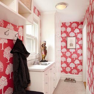 Exemple d'une entrée chic de taille moyenne avec un vestiaire, un mur rouge et un sol en vinyl.