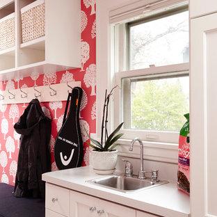 ミネアポリスの中サイズのトラディショナルスタイルのおしゃれなマッドルーム (ピンクの壁、クッションフロア) の写真