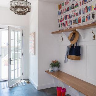ワシントンD.C.の片開きドアトランジショナルスタイルのおしゃれなマッドルーム (白い壁、ガラスドア、黒い床、壁紙) の写真