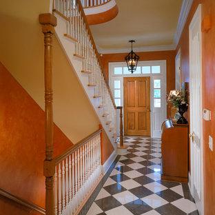 Foto di un corridoio chic con pareti arancioni e pavimento multicolore