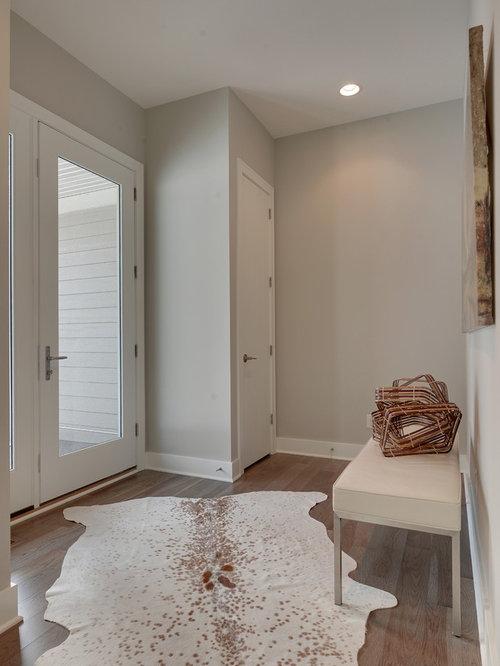 Foto e Idee per Porte d'Ingresso - porta d'ingresso con pavimento in legno massello scuro e ...