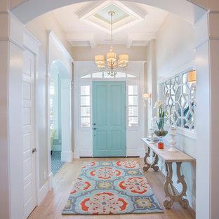 ソルトレイクシティの中くらいの片開きドアトランジショナルスタイルのおしゃれな玄関ホール (無垢フローリング、ベージュの壁、青いドア、ベージュの床) の写真