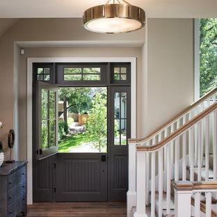 Immagine di un ingresso chic di medie dimensioni con pareti beige, parquet scuro, una porta olandese e una porta grigia