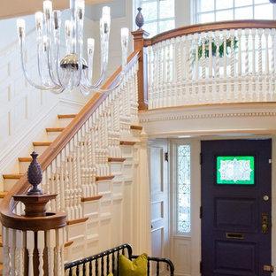 Idee per un ingresso classico di medie dimensioni con pareti beige, pavimento in legno massello medio, una porta singola e una porta viola
