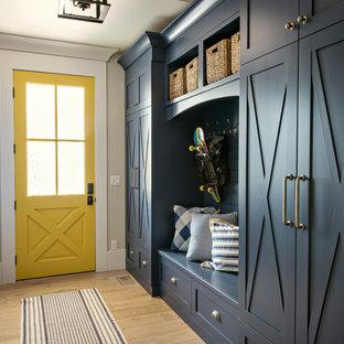 デンバーのトランジショナルスタイルのおしゃれなマッドルーム (ベージュの壁、淡色無垢フローリング、黄色いドア、ベージュの床) の写真