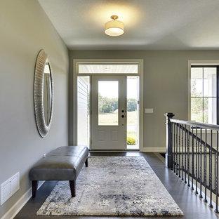 Idée de décoration pour une entrée tradition avec un couloir et un sol en bois foncé.