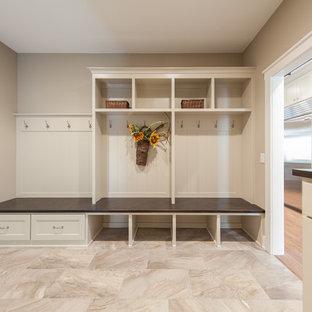 Imagen de vestíbulo posterior clásico renovado, grande, con paredes grises, suelo de baldosas de porcelana y suelo beige