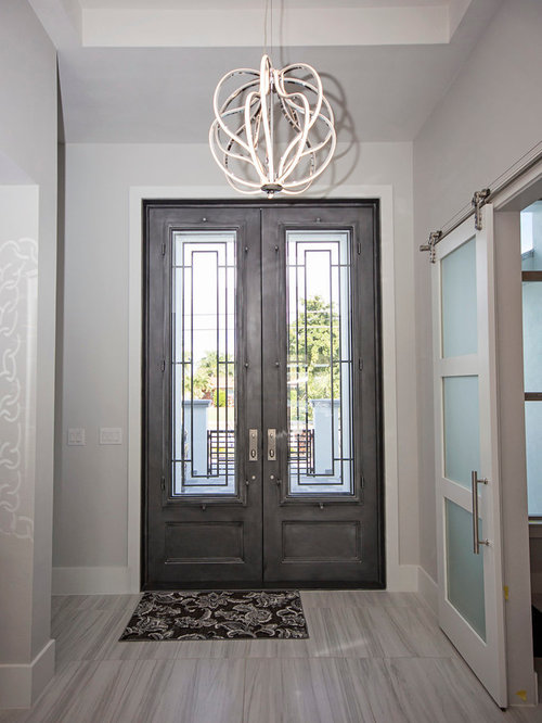 160 modern entryway with a gray front door design ideas - Decoration couloir gris et blanc ...