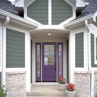 На фото: входная дверь в классическом стиле с одностворчатой входной дверью и фиолетовой входной дверью с