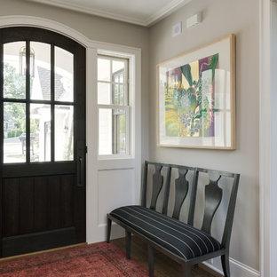 Imagen de puerta principal costera, pequeña, con paredes beige, suelo de madera en tonos medios, puerta simple, puerta marrón y suelo marrón