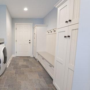 Idéer för mellanstora lantliga kapprum, med blå väggar, vinylgolv, en enkeldörr, en vit dörr och flerfärgat golv