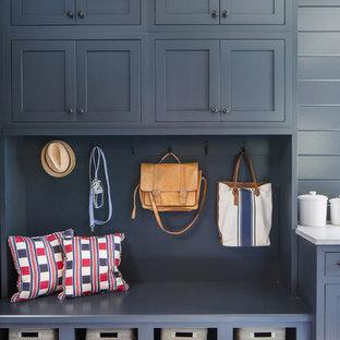 Inspiration pour une entrée traditionnelle de taille moyenne avec un mur bleu, un sol en carrelage de céramique, un sol blanc et un vestiaire.