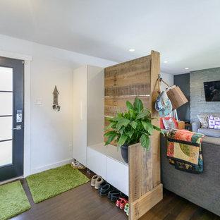 Cette photo montre une porte d'entrée tendance de taille moyenne avec un mur blanc, un sol en bambou, une porte simple et une porte noire.