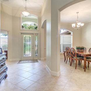 Idéer för att renovera en mellanstor vintage ingång och ytterdörr, med beige väggar, klinkergolv i keramik, en enkeldörr, glasdörr och beiget golv