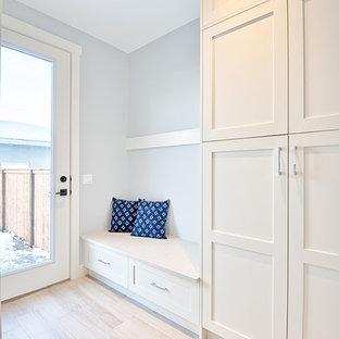 Idée de décoration pour une entrée craftsman de taille moyenne avec un vestiaire, un mur gris, un sol gris et un sol en carrelage de porcelaine.