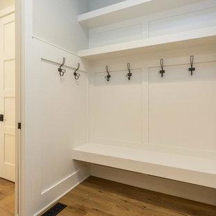 Imagen de vestíbulo posterior tradicional renovado, de tamaño medio, con paredes grises, suelo de madera clara, puerta simple y puerta blanca