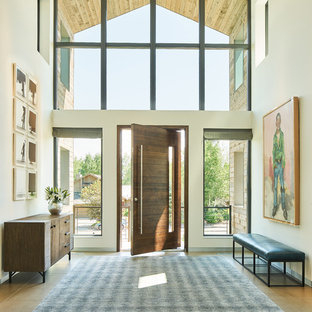 Ispirazione per una porta d'ingresso country di medie dimensioni con pareti beige, parquet scuro, una porta a pivot, una porta in legno scuro e pavimento marrone