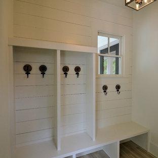 Foto på ett litet funkis kapprum, med vita väggar, ljust trägolv och beiget golv
