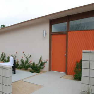 Inredning av en 50 tals entré, med en orange dörr