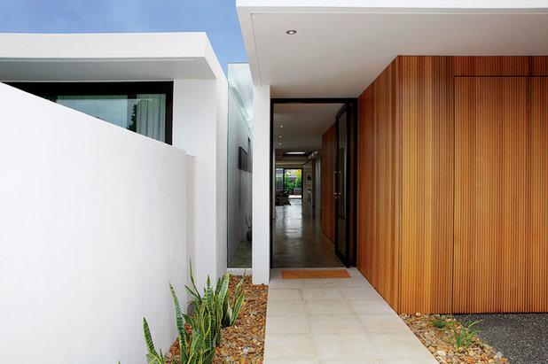 Moderno Entrada by mckimm residential design
