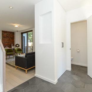 Foto di un ingresso moderno di medie dimensioni con pareti bianche, pavimento con piastrelle in ceramica, una porta singola e una porta bianca