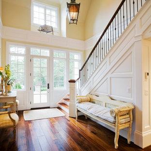 Idéer för en mellanstor lantlig ingång och ytterdörr, med gula väggar, mörkt trägolv, en enkeldörr och en vit dörr