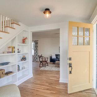 На фото: маленькое фойе в стиле шебби-шик с белыми стенами, светлым паркетным полом, одностворчатой входной дверью и желтой входной дверью с