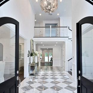 Idéer för att renovera en mycket stor foajé, med vita väggar, marmorgolv, en svart dörr och en dubbeldörr