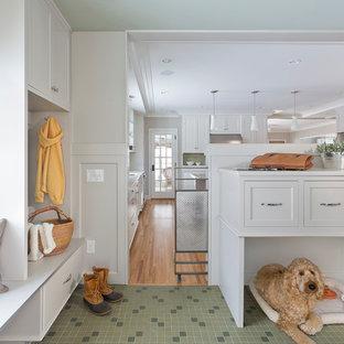 Стильный дизайн: тамбур в стиле неоклассика (современная классика) с белыми стенами и зеленым полом - последний тренд