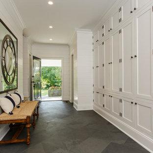 Idéer för stora maritima kapprum, med vita väggar, en enkeldörr, en svart dörr och grått golv