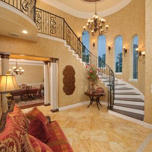 Exempel på en klassisk foajé, med beige väggar och orange golv