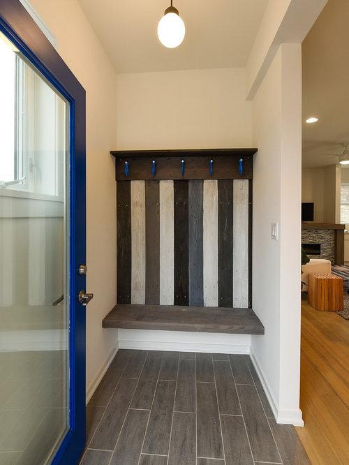 entr e scandinave avec une porte bleue photos et id es d co d 39 entr es de maison ou d 39 appartement. Black Bedroom Furniture Sets. Home Design Ideas