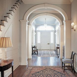シドニーのヴィクトリアン調のおしゃれな玄関 (白いドア) の写真