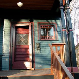 Imagen de puerta principal de estilo americano, de tamaño medio, con paredes azules, puerta simple, puerta violeta y suelo de madera en tonos medios
