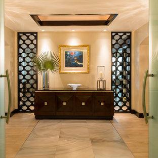 マイアミの広い回転式ドアコンテンポラリースタイルのおしゃれな玄関ロビー (メタリックの壁、磁器タイルの床) の写真