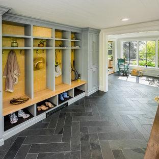 Diseño de vestíbulo posterior machihembrado, clásico renovado, grande, con paredes blancas, suelo de pizarra y suelo gris