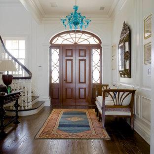 Diseño de puerta principal costera, grande, con paredes blancas, suelo de madera oscura, puerta simple y puerta de madera en tonos medios