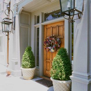Aménagement d'une porte d'entrée classique avec une porte simple et une porte en bois brun.