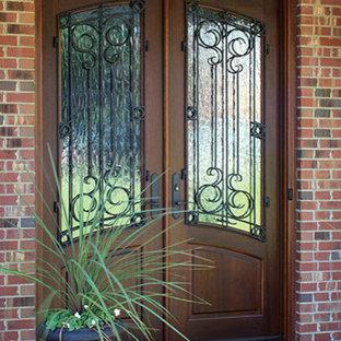 Неиссякаемый источник вдохновения для домашнего уюта: входная дверь среднего размера в стиле рустика с красными стенами, кирпичным полом, двустворчатой входной дверью и входной дверью из темного дерева
