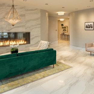 ニューヨークの広いコンテンポラリースタイルのおしゃれな玄関ロビー (ベージュの壁、セラミックタイルの床、白い床、格子天井、壁紙) の写真
