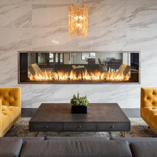 Стильный дизайн: большое фойе в современном стиле с бежевыми стенами, полом из керамической плитки, белым полом, кессонным потолком и обоями на стенах - последний тренд