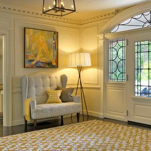 Klassisk inredning av en entré, med vita väggar, en enkeldörr och en vit dörr