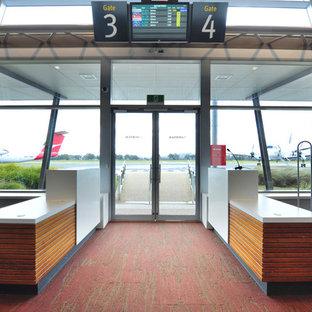 Imagen de entrada minimalista con paredes grises, moqueta, puerta doble, puerta de vidrio y suelo rosa